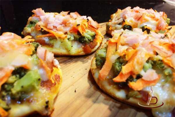 Mini pizza de cenoura e brócolis