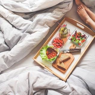 Déjeuner healthy au lit