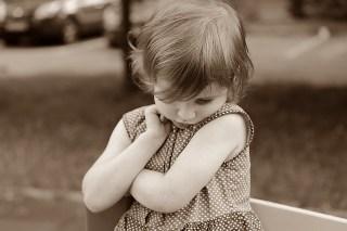 Peur de parler en public : petite fille timide