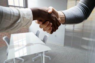 Entretien d'embauche - Deux personnes se serrent la main
