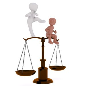 Affirmations positives pour rééquilibrer le positif et le négatif - 2 bonshommes de part et d'autre d'une balance