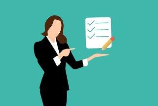 Affirmations positives - liste de 3 affirmations maximum - Femme d'affaires montrant une liste de 3 points