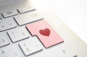 Réseaux sociaux - s'éloigner des haters - clavier d'ordinateur avec un coeur sur une touche
