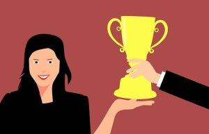 Femme fière et heureuse de recevoir un trophée