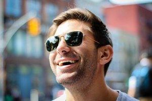 Homme souriant profitant du soleil - déprime hivernale
