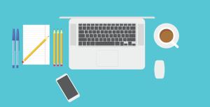 Espace bureautique pour réaliser son CV grâce à des applications à télécharger : cahier et stylos, ordinateur, smartphone, café
