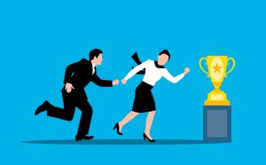 Curriculum Vitae simple et efficace - ajouter les récompenses : femme entraînant en courant un homme vers un trophée