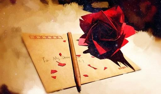Lettre avec une rose rouge et un crayon papier posés dessus