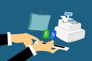 Homme payant en caisse ses achats avec promotions à l'aide de son téléphone