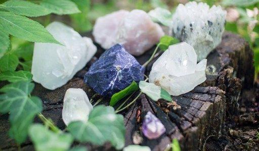 La lithothérapie et la vertu des cristaux sur la confiance en soi - pierres posées sur une souche d'arbres