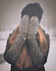 La peur du ridicule ou katagélophobie - femme se cachant de honte le visage derrière ses mains