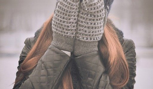Femme se cachant le visage derrière ses mains