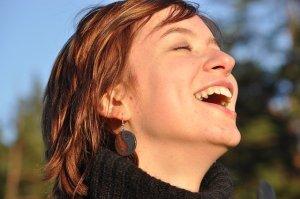 Affirmations phrases positives - Visage souriant s'offrant au soleil