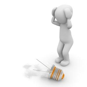 La sérendipité : quand la fin d'une idée donne naissance à une autre - Petit bonhomme catastrophé devant une ampoule cassée à terre