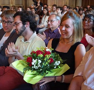 Qui est Camille Pépin  - la compositrice Camille Pépin, un bouquet de fleurs à la main, lors du concert de la chorale de la CIUP avec la participation des musiciens de l'orchestre de la Cité internationale