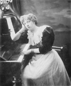 Qui est Camille Pépin ? Camille n'est pas la première compositrice - Avant elle, Cécile Chaminade et bien d'autres. Portrait de Cécile Chaminade sa main sur le piano