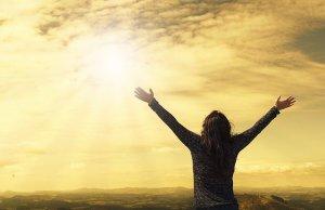 Dale Carnegie : « Le succès est d'obtenir ce que vous voulez. Le bonheur est de vouloir ce que vous obtenez » - Femme face au soleil levant les bras en l'air