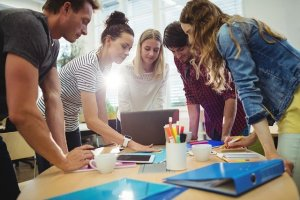Dale Carnegie - Comment se faire des amis - savoir communiquer - 5 personnes autour d'une table de travail