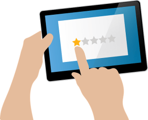 Pratiquer la critique constructive - mains d'un internaute donnant un avis noté (une étoile)