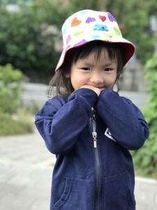 Petit fille asiatique qui semble timide (main devant la bouche)