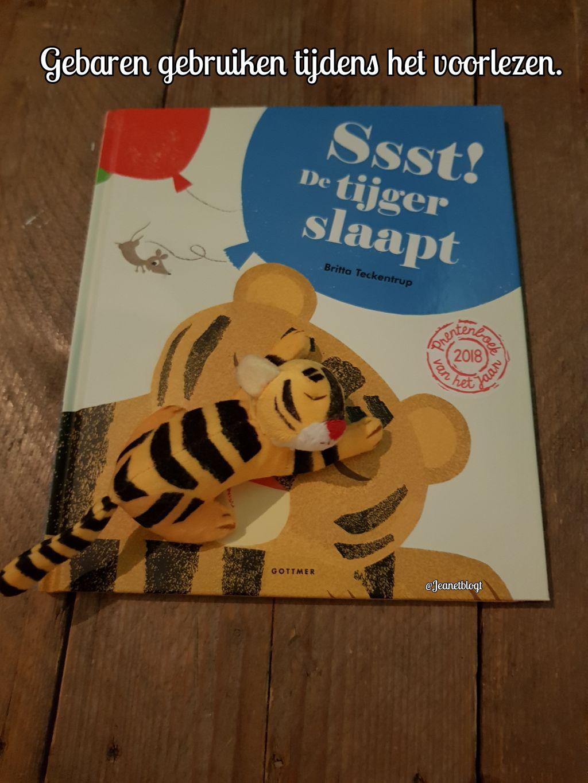 Gebaren gebruiken tijdens het voorlezen van het boek: Ssst! De tijger slaapt.