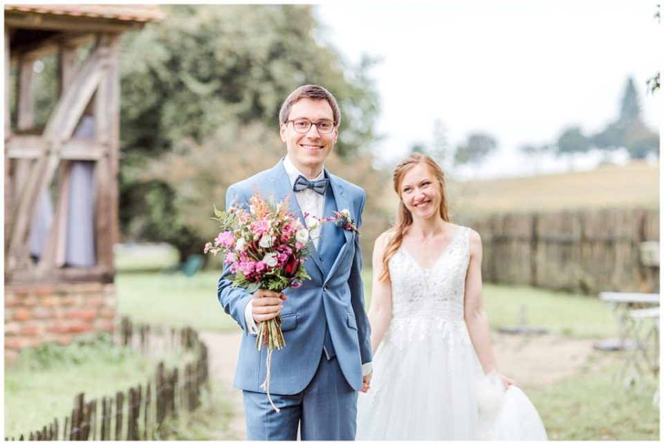 bryllupsportrætter af bruden og gommen til et rustikt efterårsbryllup
