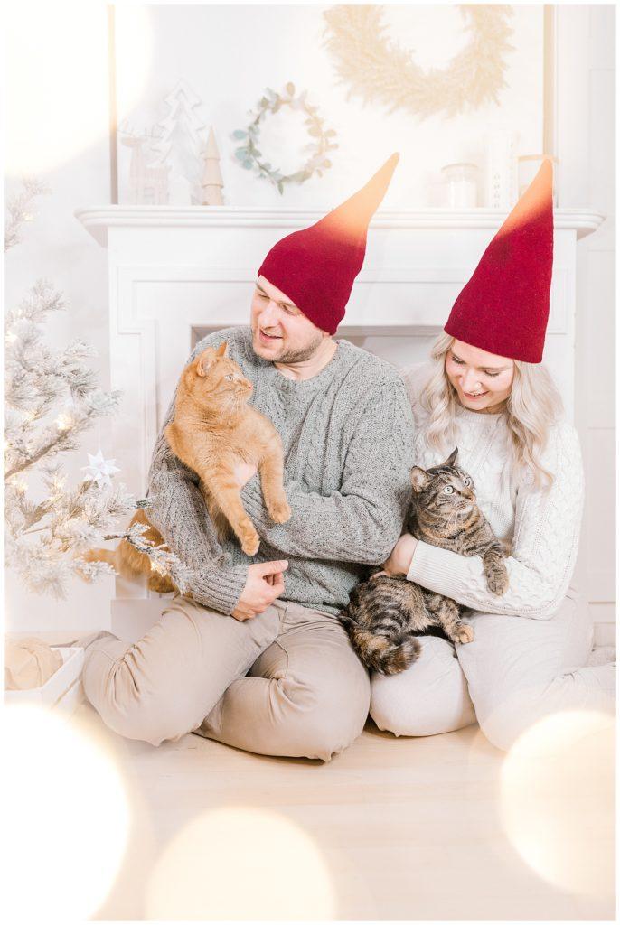 vores jul og familiebilleder ved juletræet med vores katte