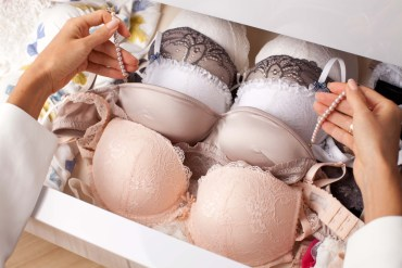 lady choosing bras to wear