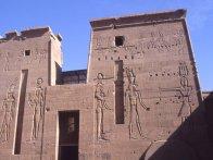 Premier pylône, dessins d'Isis, Hathor et Horus