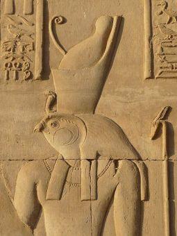 Ba-relief d'Horus dans la salle des offrandes