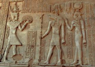Temple de Sobek et Haroëris à Kôm Ombo offrande au dieu crocodile Sobek