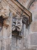 Sculptures sur colonnes du portail d'entrée
