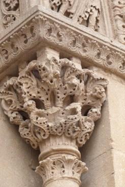 Grand portail-chapiteaux décorés