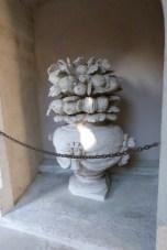 Le petit cloître- pot de fleurs et de fruits 17ème siècle