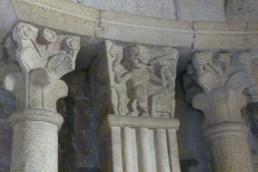 Colonnes et pilastre cannelés surmontés de chapiteaux sculptés font référence à l'architecture antique admirée au Moyen âge