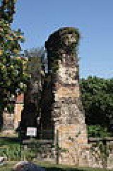 Piles de l'aqueduc du Gier dans l'enceinte du fort Saint-Irénée