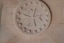 L'église - blasons croix des hospitaliers