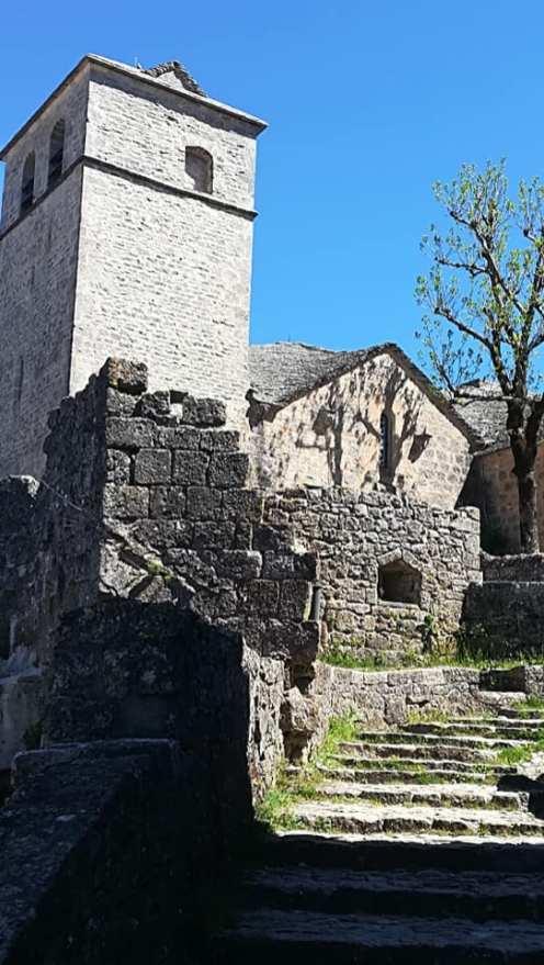 Le four banal en arrière plan l'église