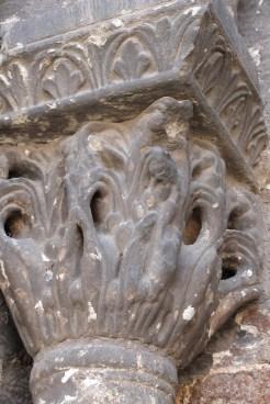 Façade occidentale - chapileaux décorés des colonnettes du portail d'entrée