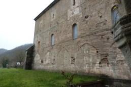 Le cloître vue sur la nef de l'abbaye