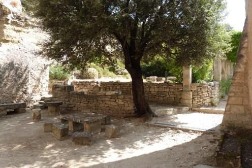 Cour du chevet et terrasse (2)