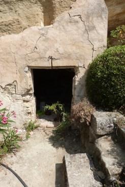 Cour du chevet et terrasse - grotte (2)