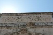 Bas relief sur l'attique de la façade nord