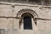 Façade latérale - Fenêtre ornée d'une frise d'oves et encadrée de pilastres cannelésFaçade latérale - Fenêtre ornée d'une frise d'oves et encadrée de pilastres cannelés