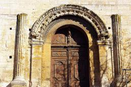 Portail d'entrée occidental décoré de colonnes et de pilastres