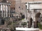 L'arc de Septime Sévère à gauche le Temple de Saturne