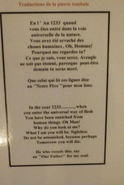 Le cloître - pierre tombale - traduction