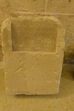 Le cloître - pierre tombale