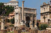 Rome, le Forum. Au premier plan, la colonne de Phocas, l'arc de Septime Sévère, arrière plan,le Vittoriano et à droite, la façade de l'église des Saints Luc et Martine.