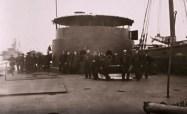 Le Monitor et son équipage autour de la tourelle pivotante